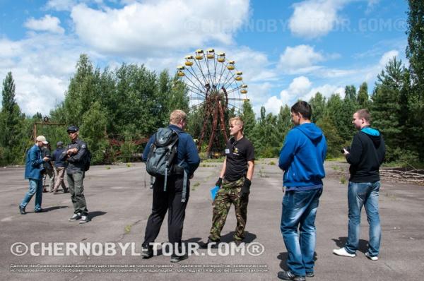 Экскурсия у колеса в парке аттракционов